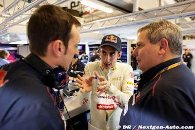Себастьян Буэми объясняет что-то своим механикам на Гран-при Абу-Даби 2011