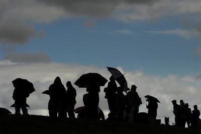 болельщики Формулы-1 под дождливым небом Сильверстоуна