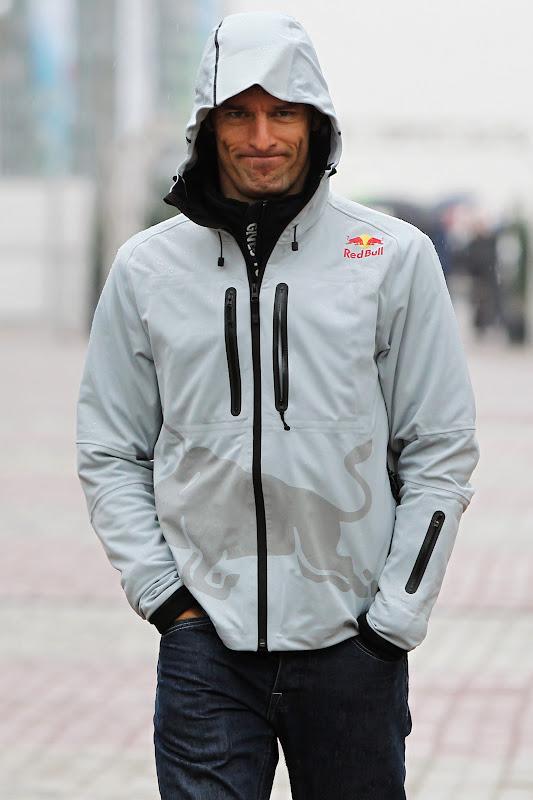 Марк Уэббер в капюшоне под дождем на Гран-при Кореи 2011