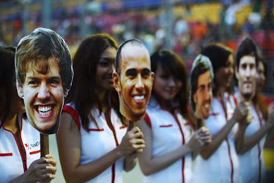 пит-герлз Сингапура с картинками пилотов на Гран-при Сингапура 2011