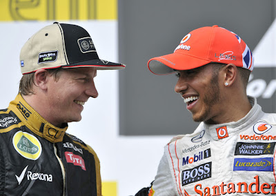 улыбающиеся Кими Райкконен и Льюис Хэмилтон на подиуме Гран-при Венгрии 2012