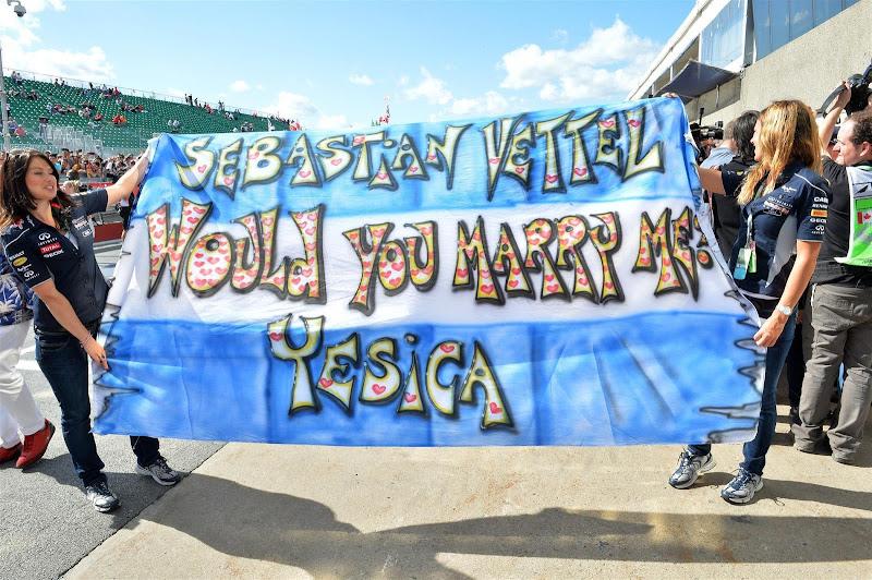 баннер болельщицы Себастьяна Феттеля с предложением пожениться на Гран-при Канады 2013