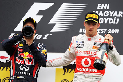 Себастьян Феттель и Дженсон Баттон на подиуме Гран-при Венгрии 2011