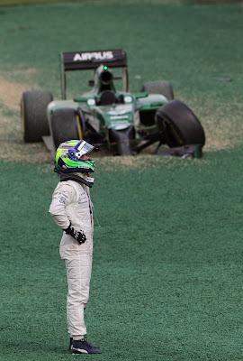 Фелипе Масса смотрит на Caterham после схода на Гран-при Австралии 2014