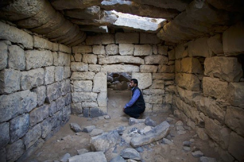 Tomb raiders in Jordan descend on ancient crypts