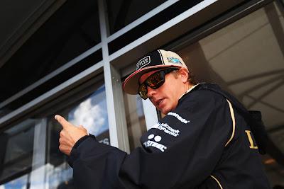 Кими Райкконен показывает указательный палец на Гран-при Бельгии 2012