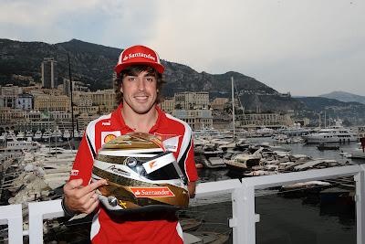 Фернандо Алонсо демонстрирует специальный вариант шлема для Гран-при Монако 2011