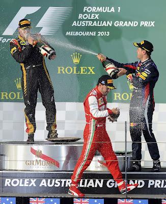 Фернандо Алонсо Кими Райкконен Себастьян Феттель с шампанским на подиуме Альберт-Парка на Гран-при Австралии 2013