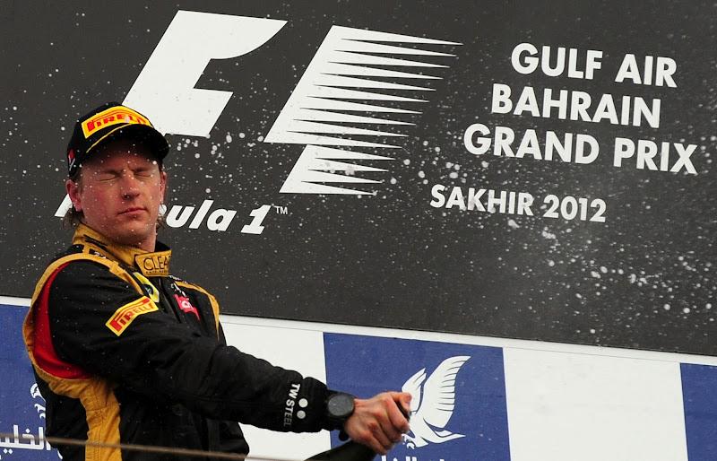 Кими Райкконен с газировкой на подиуме Гран-при Бахрейна 2012