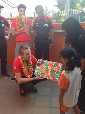 Макс Чилтон и детский рисунок в малайзийской школе Taarana на Гран-при Малайзии 2013
