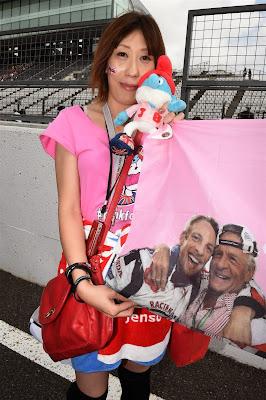 болельщица Дженсона Баттона с баннером #pinkforpapa на Гран-при Японии 2014