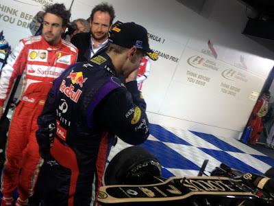 Себастьян Феттель и Фернандо Алонсо после финиша гонки у болида Lotus на Гран-при Австралии 2013