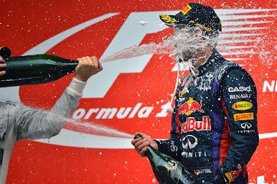 Себастьян Феттель под атакой шампанского Нико Росберга на подиуме Гран-при Индии 2013