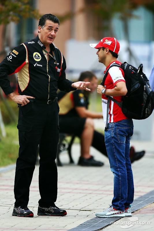 Фелипе Масса с сотрудником Lotus в паддоке Гран-при Кореи 2013