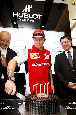 Кими Райкконен нарезает торт на Гран-при Сингапура 2014