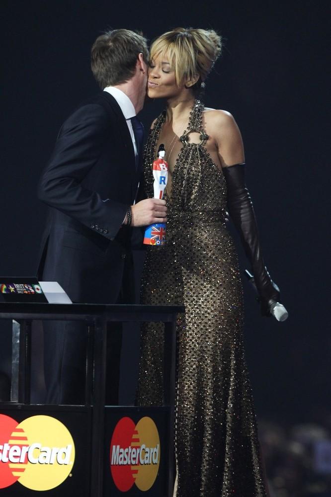 Дженсон Баттон вручает награду Rihanna в номинации лучшего международного женского исполнителя на Brit Awards 2012 в Лондоне 21 февраля 2012
