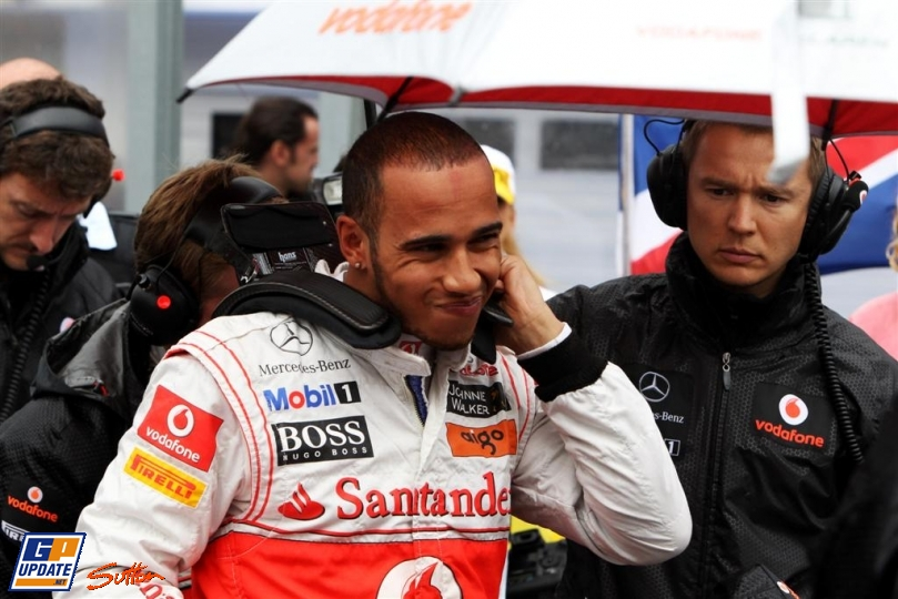 Льюис Хэмилтон с механиками готовится к гонке на Хунгароринге на Гран-при Венгрии 2011