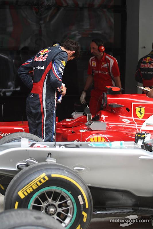 Марк Уэббер заглядывает в болид Ferrari после квалификации на Гран-при Индии 2011