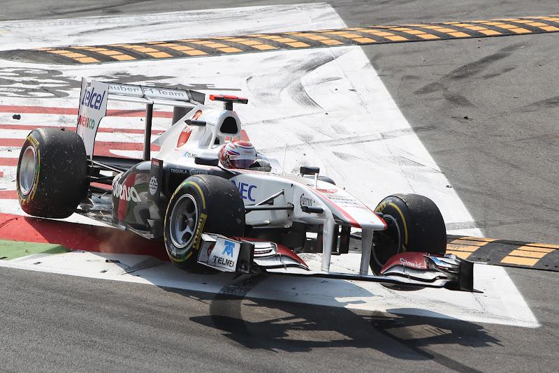 Камуи Кобаяши в полете на болиде Sauber над кочками Монцы на Гран-при Италии 2011