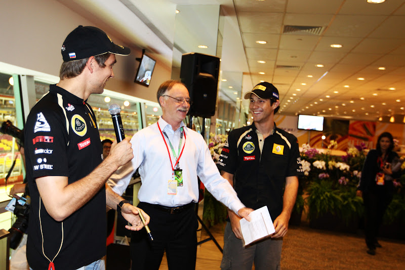 ведущий разнимает Виталия Петрова и Бруно Сенну на автограф-сессии Гран-при Сингапура 2011