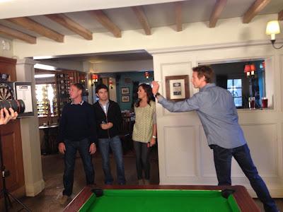 Дженсон Баттон и Серхио Перес играют в дартс в баре в компании со Sky Sports F1 перед стартом сезона 2013