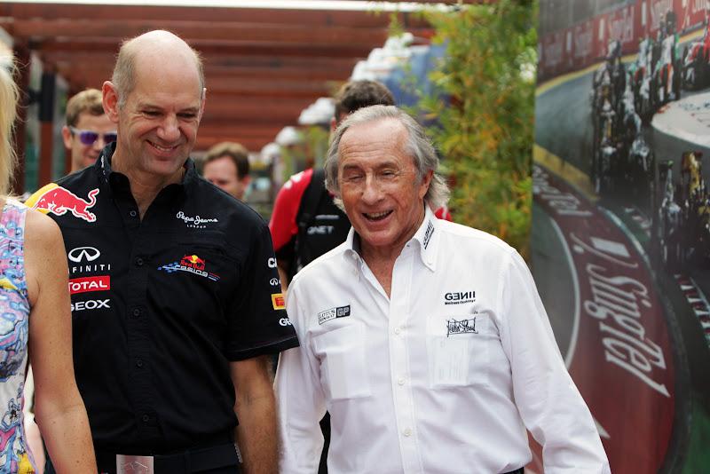 Эдриан Ньюи и Джеки Стюарт идут по паддоку Сингапура на Гран-при Сингапура 2011