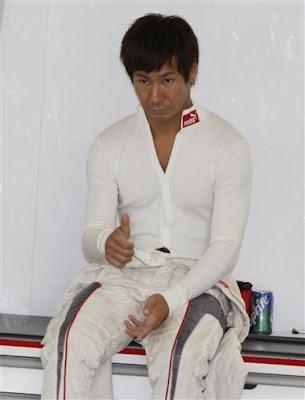 Камуи Кобаяши показывает большой палец в боксах команды во время первой сессии свободных заездов на Гран-при Японии 2010