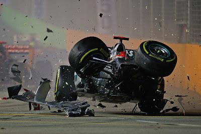 Mercedes Михаэля Шумахера в полете после столкновения с Вернем на Гран-при Сингапура 2012
