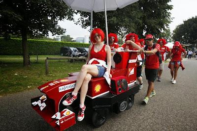 болельщики Ferrari в красных париках на самодельном болиде в Монце на Гран-при Италии 2014