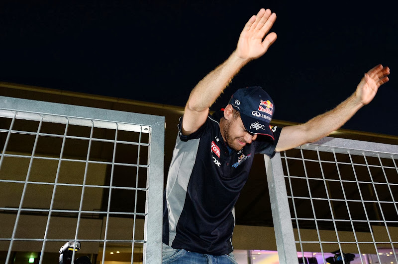 Себастьян Феттель кланяется болельщикам после победы на Гран-при Японии 2013