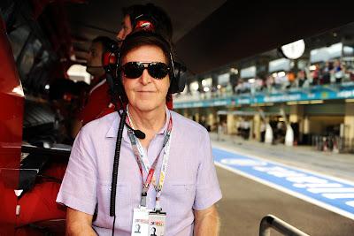 Пол Маккартни на фоне командного мостика Ferrari на Гран-при Абу-Даби 2011