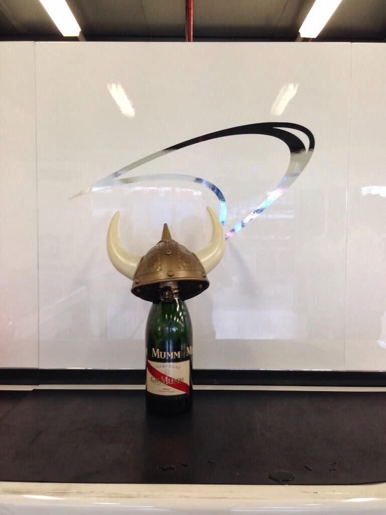 шлем викинга в боксах McLaren на Гран-при Австралии 2014