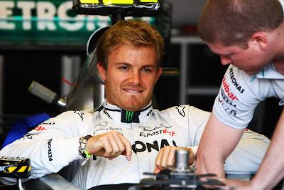 механик Нико Росберга копается в его болиде Mercedes GP на Гран-при Монако 2011