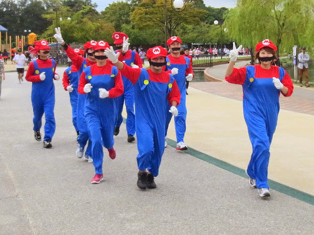 A troupe of Marios at the race in Ohori park