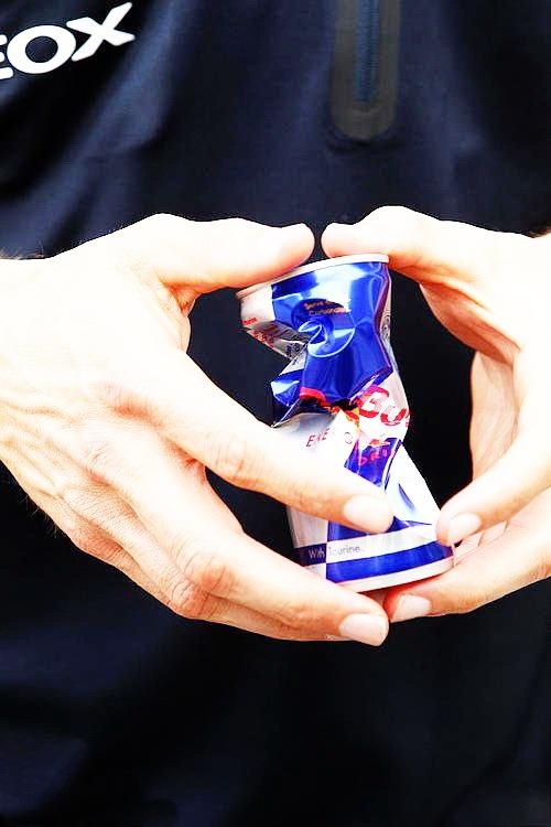 Марк Уэббер сжимает банку Red Bull