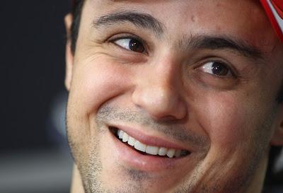 улыбающийся Фелипе Масса на пресс-конференции Гран-при Бразилии 2011