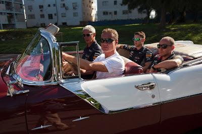 Дэвид Култхард и сотрудники Red Bull за рулем кабриолета 1955 Pontiac на ежегодном параде классических автомобилей в Гаване 18 августа 2013