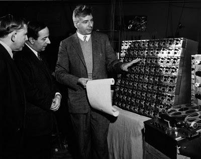 El inventor Hugh Le Caine realizando explicaciones técnicas sobre el Oscillator Bank