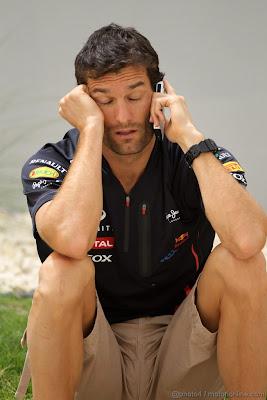 Марк Уэббер разговаривает по телефону на Гран-при Бахрейна 2012