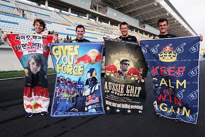 механики Red Bull фотографируются с плакатами болельщиков на Гран-при Кореи 2011