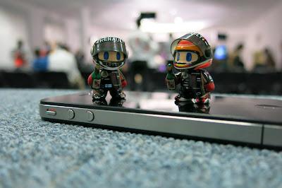 мини-фигурки Кими Райкконен и Ромэн Грожан на Гран-при Бахрейна 2013 by naokonen