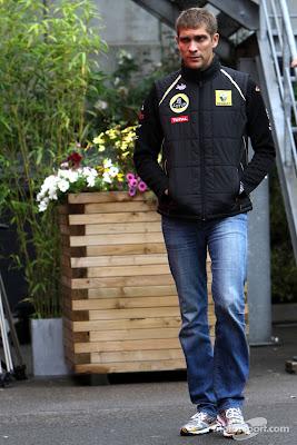 Виталий Петров гуляет по паддоку Гран-при Бельгии 2011