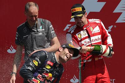Марк Уэббер под душем шампанского от Фернандо Алонсо на подиуме Сильверстоуна на Гран-при Великобритании 2013