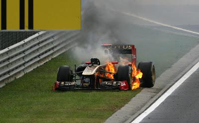 Lotus Renault Ника Хайдфельда горит на обочине Хунгароринга на Гран-при Венгрии 2011