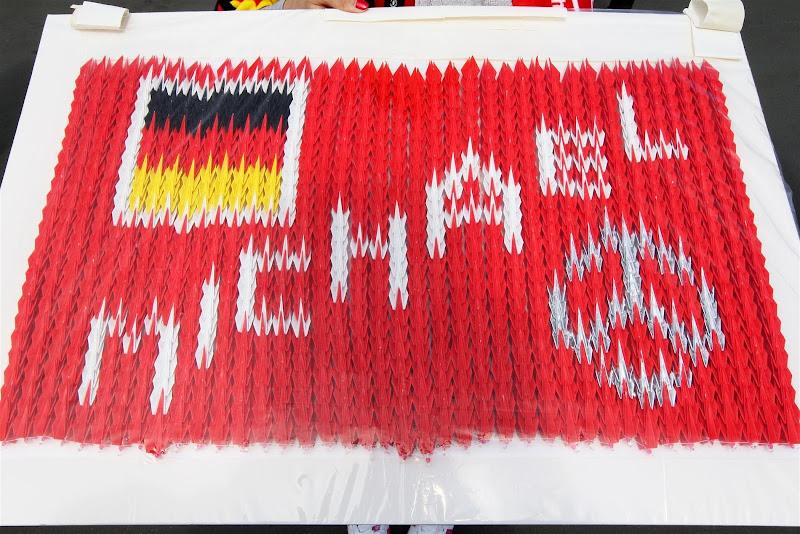 оригами болельщиков Михаэля Шумахера на Гран-при Японии 2012
