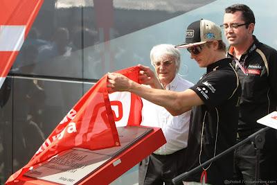 Кими Райкконен открывает доску памяти на автодроме Каталунья на Гран-при Испании 2012