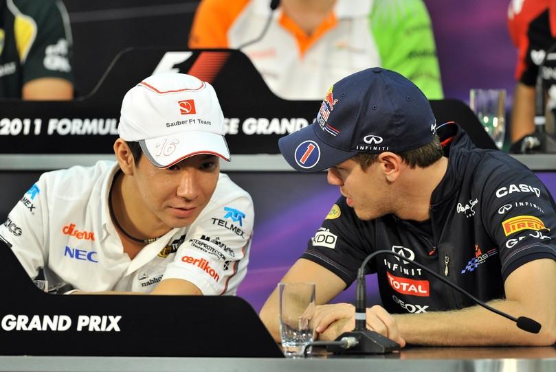 Камуи Кобаяши и Себастьян Феттель разговаривают на пресс-конференции Гран-при Японии 2011