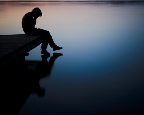 Ảnh con trai ôm mặt buồn vì tình