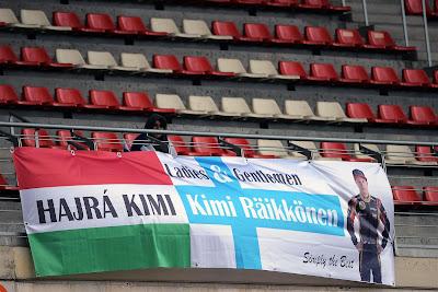 баннер болельщиков Кими Райкконена на трибунах на трассе Каталунья на предсезонных тестах в феврале 2013