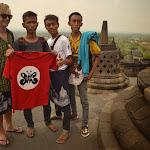 chłopcy dumnie prezentujący koszulkę (ponoć lokalnego zespołu muzycznego), klasycznie ze Szwedem